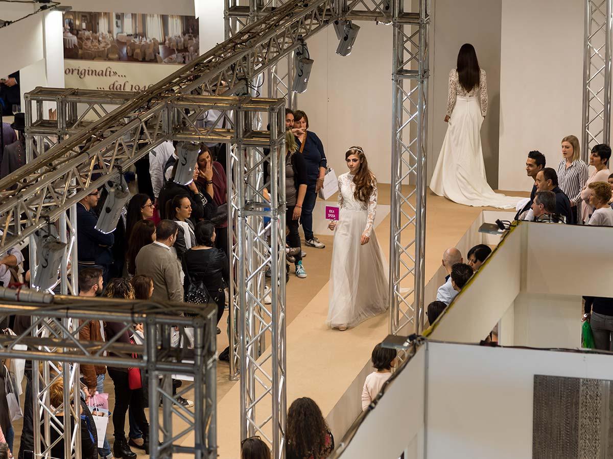 3d4df0c4ae40 Hai in mente un abito da sposa intero o due pezzi  Vorresti un abito corto  o magari un abito da sposa a pantalone  Lasciati conquistare da quelli con  ...